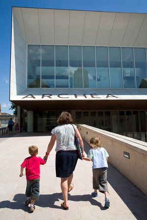 Une mère et ses deux fils allant au musée.